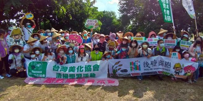 台灣美化協會清掃志工與在地志工近百人26日於後壁菁寮老街掃街美化環境。(後壁區公所提供/劉秀芬台南傳真)