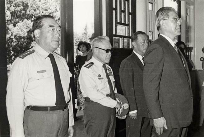 1988年時任總統的李登輝前往金門主持慶祝823戰役勝利30周年各項活動。圖為李總統(右)由參謀總長郝柏村(左)及823戰役時任參謀總長王叔銘(左二)、金門防衛司令部副司令張國英(右二)陪同,前往太武山公墓向823戰役陣亡將士致祭。(中央社吳國輝攝)