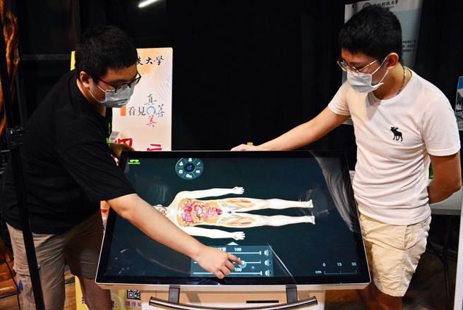 大仁科大護理系引進3D虛擬大體解剖,透過科技就能輕鬆掌握人體構造。(林和生攝)