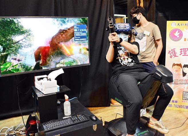 屏東大學推出VR騎馬復健系統,並融入實境遊戲,以機器馬取代真馬進行馬術復健療程。(林和生攝)