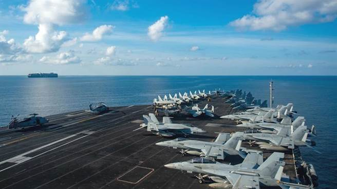 美國雷根號航母已離開中東返回南海,準備與即將到來的卡爾文森號航母戰鬥群、英國伊莉莎白女王號航母、澳大利亞坎培拉號兩棲攻擊艦在南海舉行聯合演習。圖為雷根號進入南海。(圖/推特@IndoPac_Info)