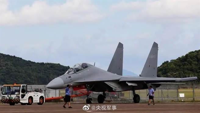 殲-16和殲-16D有可能同時用於對台作戰,殲-16D也因此加入到對台灣附近空域侵擾行動中。(圖/央視)