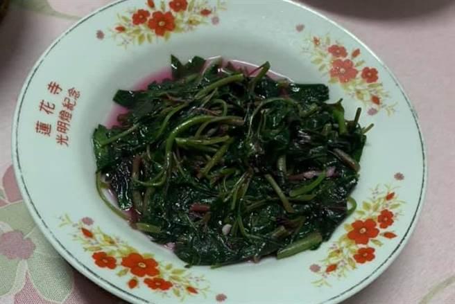女網友炒了一盤紅鳳菜,被婆婆提醒晚上不能吃。(圖/翻攝臉書社團家常菜)