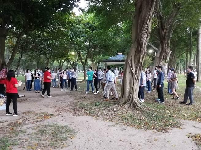 臺北市大安區公所今(26日) 在大安森林公園場舉辦「轉角遇見愛-大安『緣』來就是你」單身聯誼活動,於活動過程中倡導適齡婚育,提升單身男女婚育率。(戴志揚翻攝)