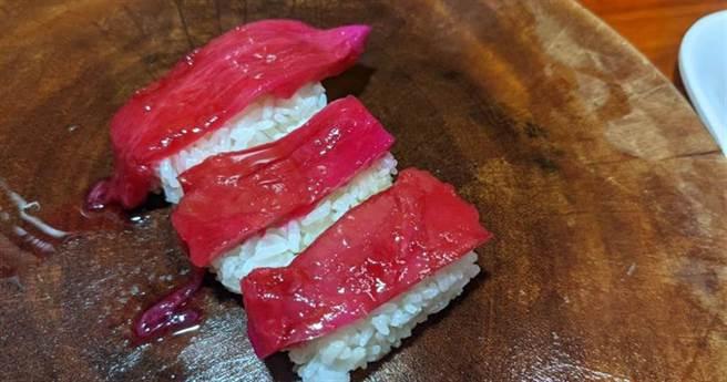 一位日本網友將火龍果皮做成「鮪魚握壽司」。(圖/翻攝推特@Mushi_Kurotowa)