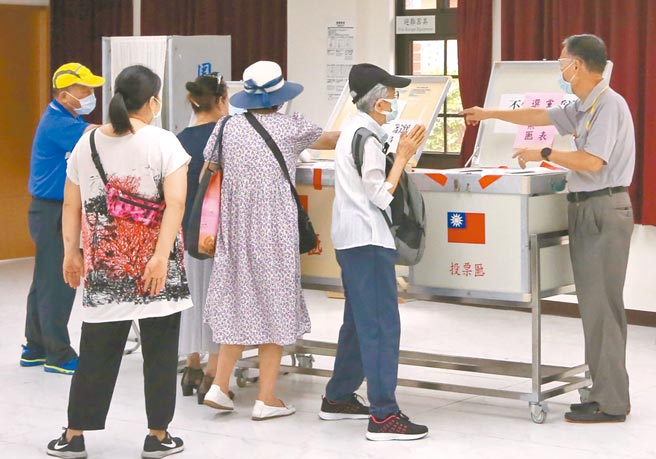 國民黨主席選舉25日舉行投票,黨員踴躍前往投票所投票。(趙雙傑攝)