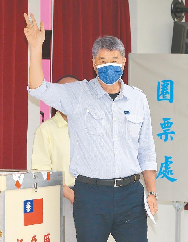 國民黨主席候選人張亞中昨日投票結束後向守候的媒體致意。(趙雙傑攝)