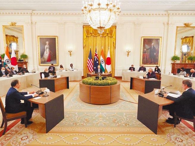 美國總統拜登24日在白宮主持美日印澳「四方安全對話」(Quad)領導人峰會,左起為日本首相菅義偉、印度總理莫迪、拜登及澳洲總理莫里森。(摘自日本首相官邸臉書)