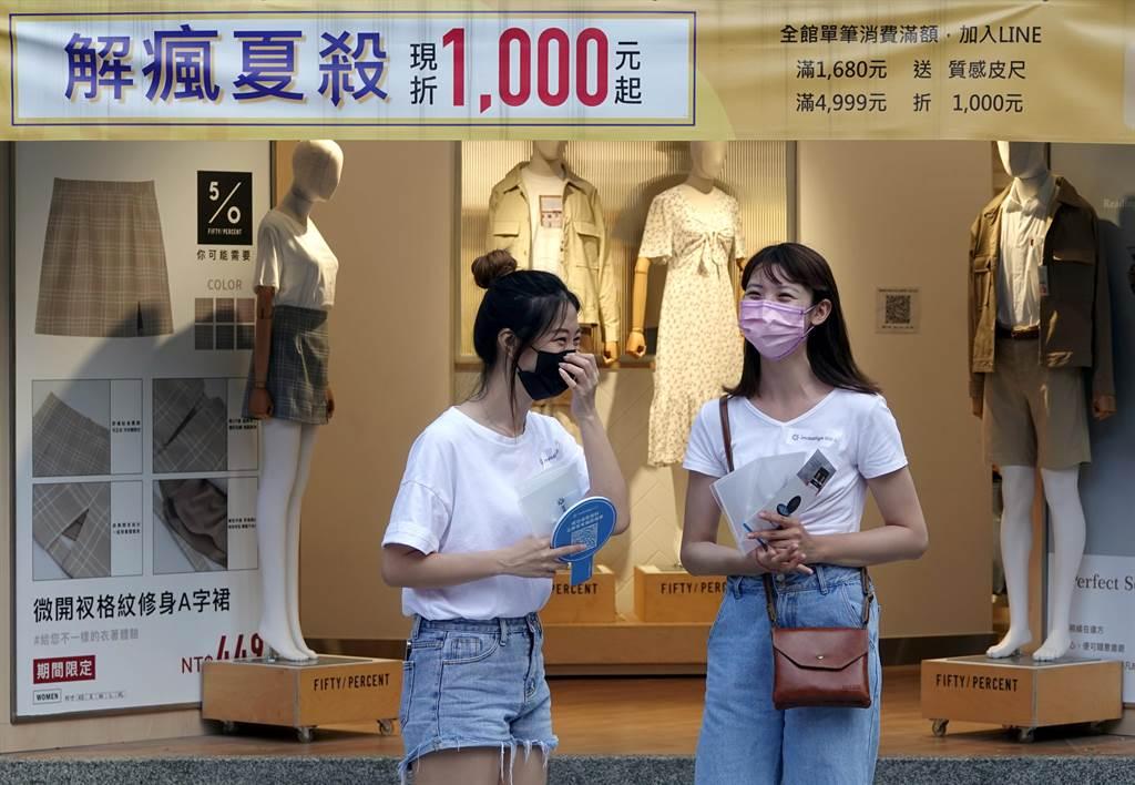 沈政男認為,台灣就算陸續解封,口罩也不能拿下來,要戴到天荒地老。(黃世麒攝)