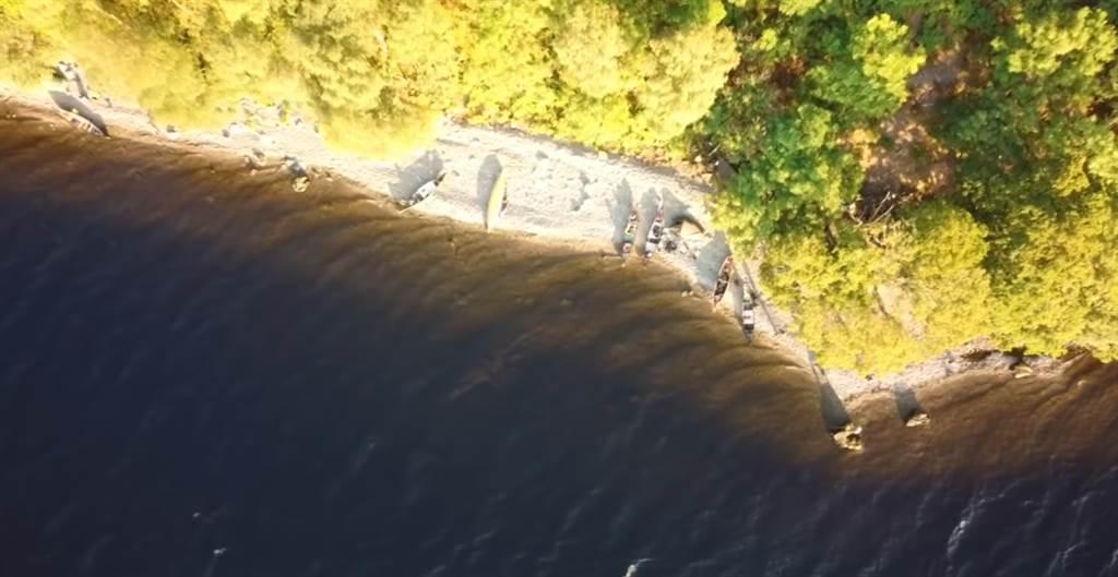 馬沃爾的空拍機,意外拍到一隻神似蛇頸龍的身影。(圖/翻攝自Richard Outdoors YouTube)