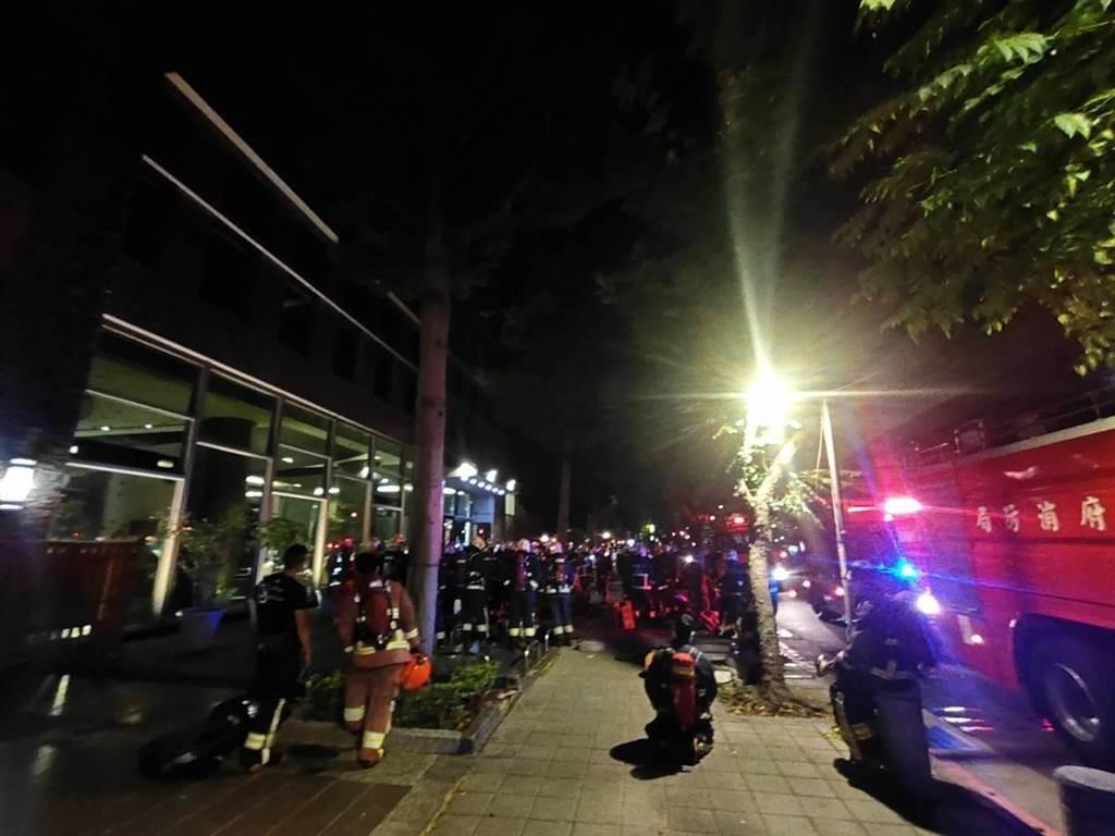 新北市三峽區學成路某社區大樓今日凌晨3時許傳出火警,真相竟是屋主的16歲長子不服管教點火燒全家,還將大門反鎖讓家人無法逃生。(圖/消防局提供)