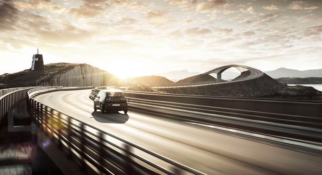 具備自動駕駛功能的智能車才是終極戰場(圖/Shutterstock)