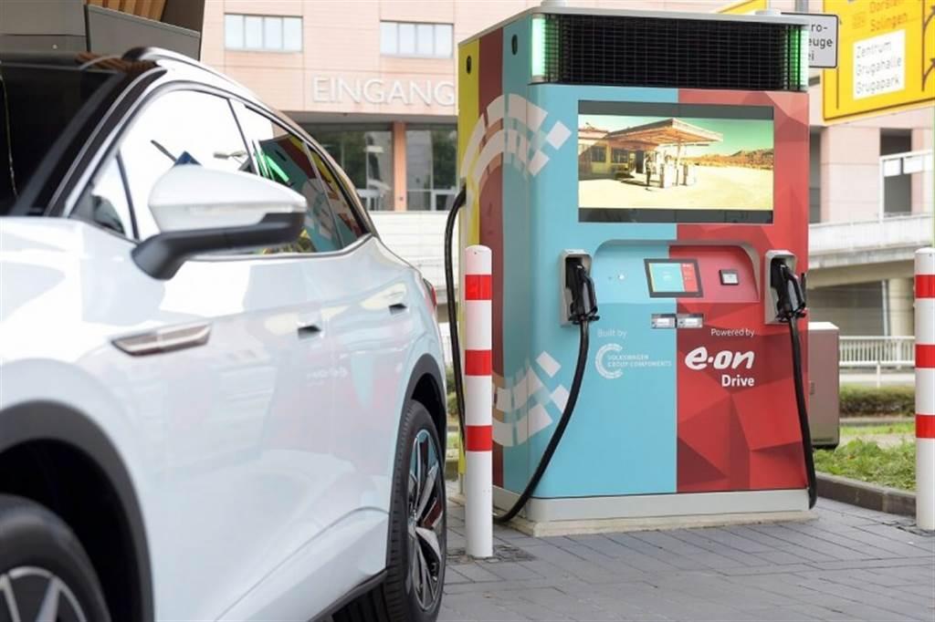 Volkswagen集團與E.ON合作推出帶蓄電池的快速充電站裝置- E.ON Drive Booster(圖/CarStuff)