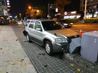 車違停路邊下秒GG 遭猛撞後再拖撞變電箱慘成「三明治」