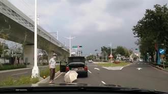 路中放雨傘當警示牌超克難 74歲翁車拋錨下秒遇眾人暖舉