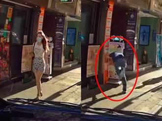 短裙辣妹經過男偷瞄身材看傻 下秒仆街頭撞斷招牌糗翻天