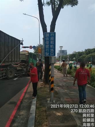 驚險!貨櫃聯結車為閃車急駛輕軌旁人行道 幸未釀禍