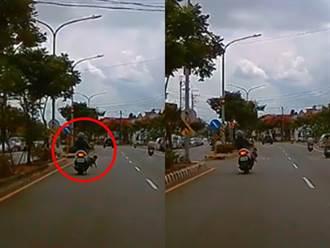 母載子機車踏板掉出孩童身軀晃動 驚悚畫面曝光網轟失職