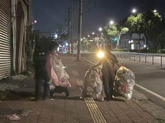 拾荒男半夜回收物散一地 波麗士溫暖相助