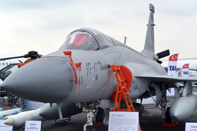 中國大陸可能為阿根廷採購的梟龍換裝自製彈射座椅,避免對外軍售案遭英國阻撓。圖為梟龍。(圖/中新社)