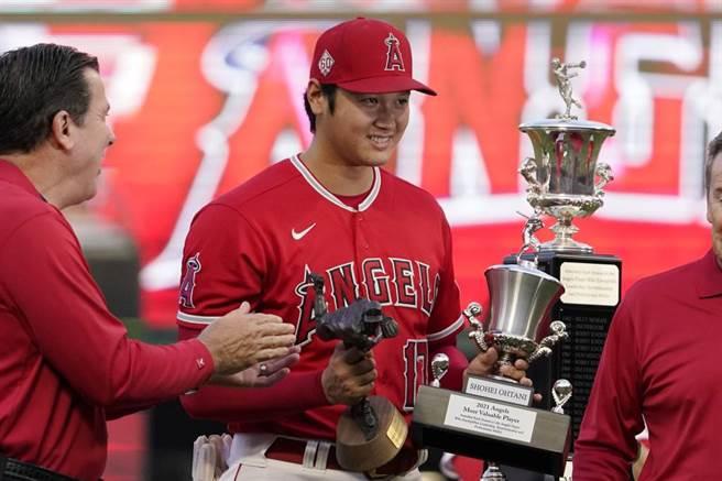 大谷翔平獲得天使隊頒發的年度最有價值隊員、年度最佳投手獎。(美聯社)