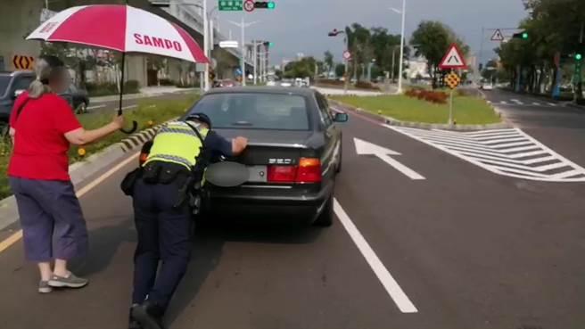 員警巡邏撞見陳男車子在馬路抛錨,趕緊將警車停在該車後方警戒,且先協助陳男將車輛推到路旁。(台中市第三分局提供/馮惠宜台中傳真)
