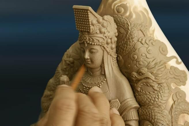 雕模師誠心雕琢媽祖莊嚴的聖相。(戴志揚翻攝)