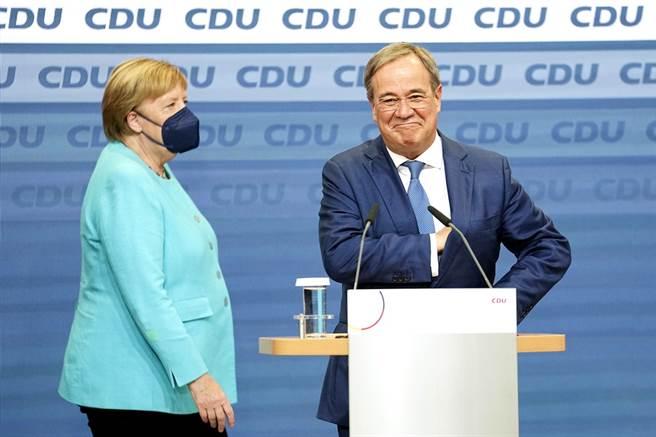 德國26日舉行國會大選,執政16年的德國總理梅克爾所屬的基民/基社聯盟約只拿到24.1%選票,創該黨歷史最低。圖為26日梅克爾與基民/基社聯盟派出的總理候選人拉謝特在競選總部的畫面。(圖/美聯社)