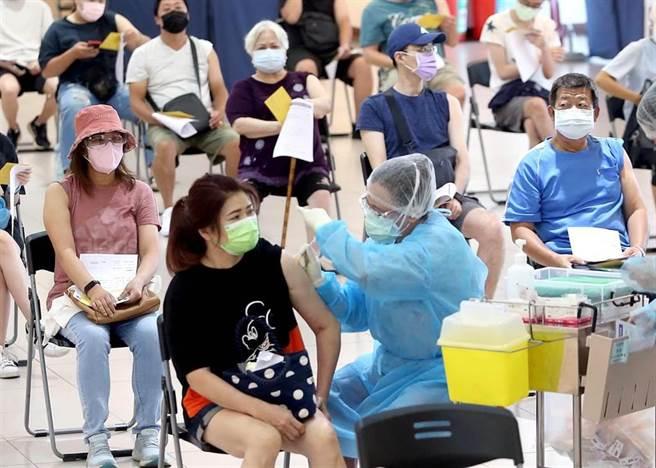民眾接種BNT疫苗。(趙雙傑攝)