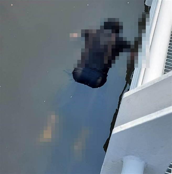 高雄市警消上午9時許在愛河中正橋一帶搜索一名疑似落水的陳姓單車騎士,同時間也打撈到一名23歲男子遺體。(民眾提供/袁庭堯高雄傳真)