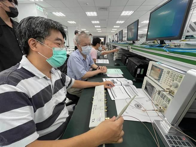 龍華科大、稜研科技產學合作,進行5G毫米波天線量測技術開發並培育人才。(龍華科大提供)