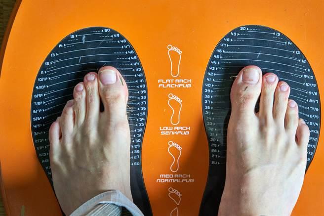 英國網站Illicit Encounters近日公布一項統計數據,稱腳大的男人更會偷吃。(示意圖/達志影像)