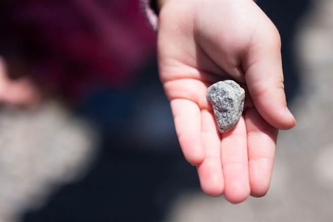 印度一名15歲少女每天從眼睛流下10至15顆石頭,讓醫師十分錯愕。(示意圖/達志影像)