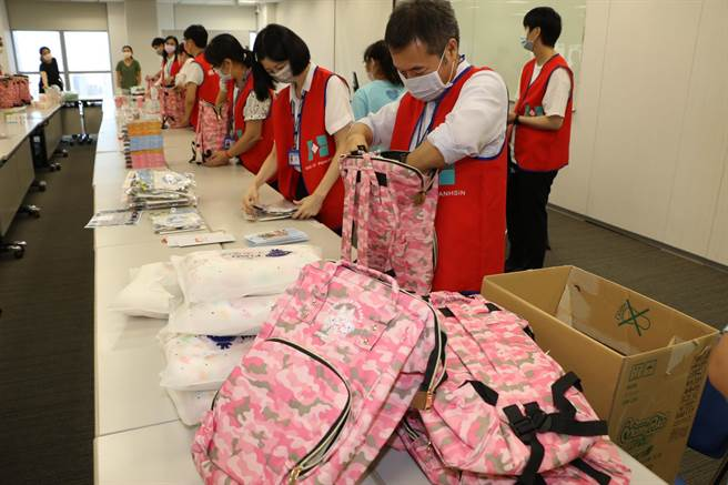 板信商業銀行企業志工幫忙打包愛兒包。(新北市社會局提供)