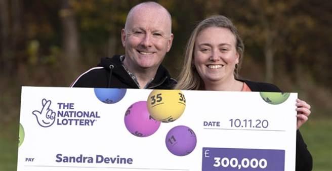 幸運刮中刮刮樂頭獎30萬英鎊的Sandra Devine與先生。(圖/摘自英國國家彩券網站)