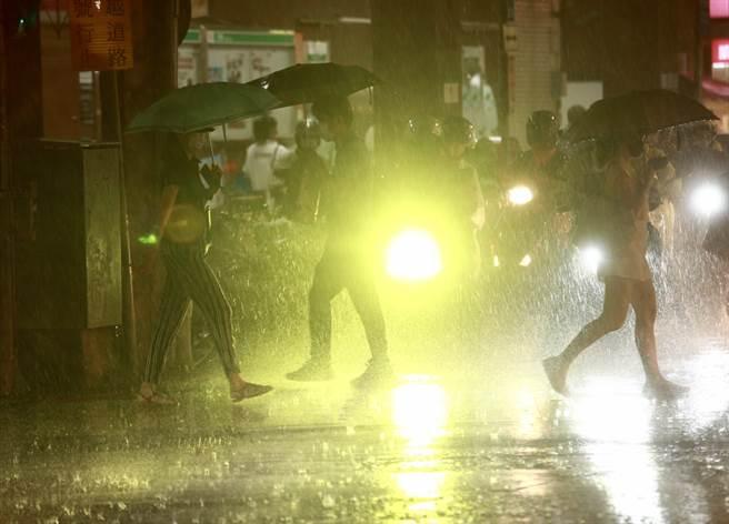 中央氣象局發布大雨特報,對流雲系發展旺盛,易有短延時強降雨。(陳信翰攝)