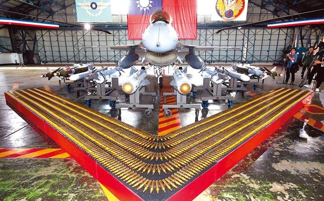 國防部報告指出,中共預判將改變對台作戰模式,我須在短時間內建構相對性之武器裝備,確保國家安全。圖為蔡英文總統今年前往嘉義空軍第四戰術戰鬥機聯隊進行春節慰勉,聯隊裝備展示最新的F-16V戰機編號6821。(本報資料照片)