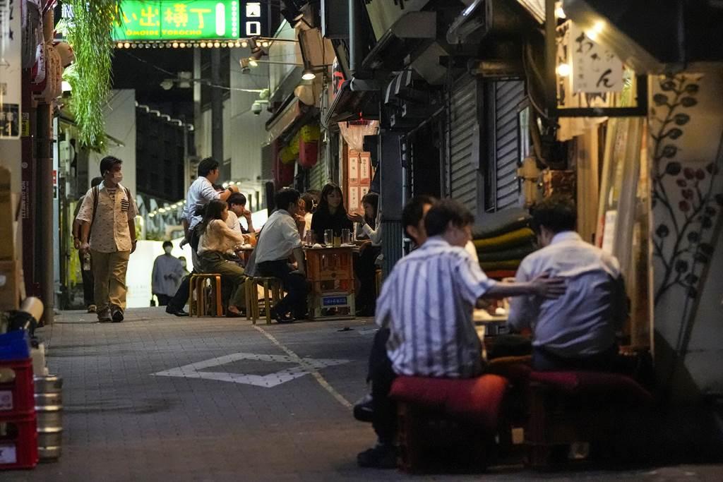 日本政府預計傍晚正式宣布,9月30日全面解除緊急事態。(圖/美聯社)