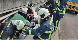 國一南下189K處 大貨車自撞滑落邊坡2人送醫