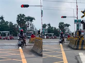 女騎士等紅燈「停在鐵軌」輕鬆滑手機 網看傻:不要命了