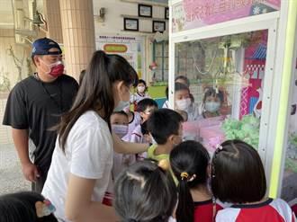 慶祝教師節跟上時代腳步 斗六鎮南國小老師體驗夾娃娃機