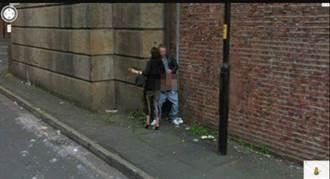 Google街景驚見「當街做半套」 女幫男「揉搓」全入鏡