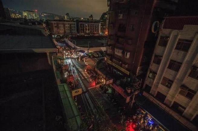 雙北28日凌晨大停電,不少網友被提前熱醒,哀號要怎麼上班。(圖為815大停電/資料照)