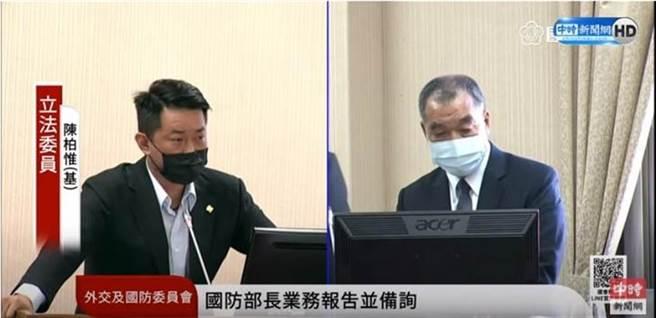 陳柏惟27日在立法院質詢國防部長邱國正。(圖 翻攝自中時新聞網直播畫面)