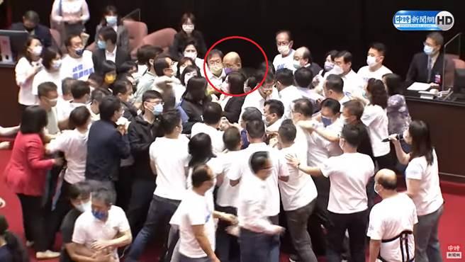 藍綠爆發推擠,行政院長蘇貞昌(紅圈處)一路被推擠。(圖/中時新聞網直播)