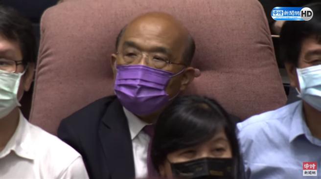 蘇貞昌在綠委的護送下回到座位。(圖/中時新聞網直播畫面)