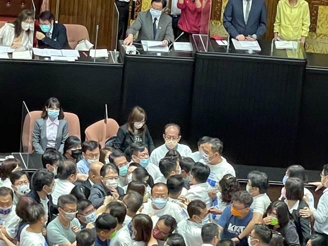 行政院長蘇貞昌今日赴立院施政報告,藍營不滿政府未為3+11破口道歉,杯葛議場,朝野爆發衝突。(吳家豪攝)
