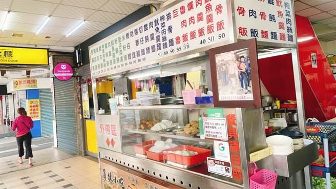 不少網友認出該店家是位在彰化員林火車站附近的知名美食,因當地3間小吃攤生意都非常好,被稱作「夢幻三家」,而原PO照片中的小吃攤即是其中1間。(翻攝自臉書「路上觀察學院」)