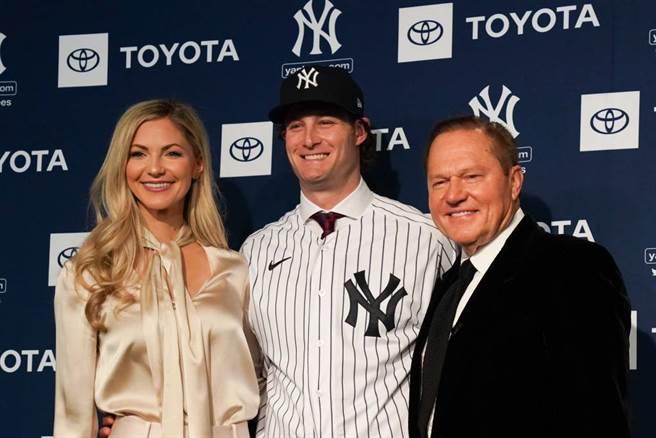洋基投手寇爾(中)以及妻子艾咪(左)、經紀人波拉斯。(達志影像)