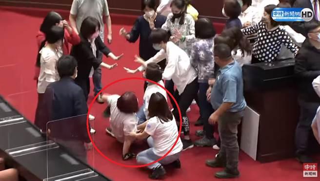 藍委陳玉珍被推倒在地。(圖/中時新聞網直播)